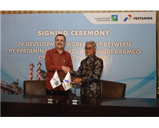 Amin Nasser, president and CEO of Saudi Aramco and Dwi Soetjipto, president, director and CEO of Pertamina during the signing of the agreement.